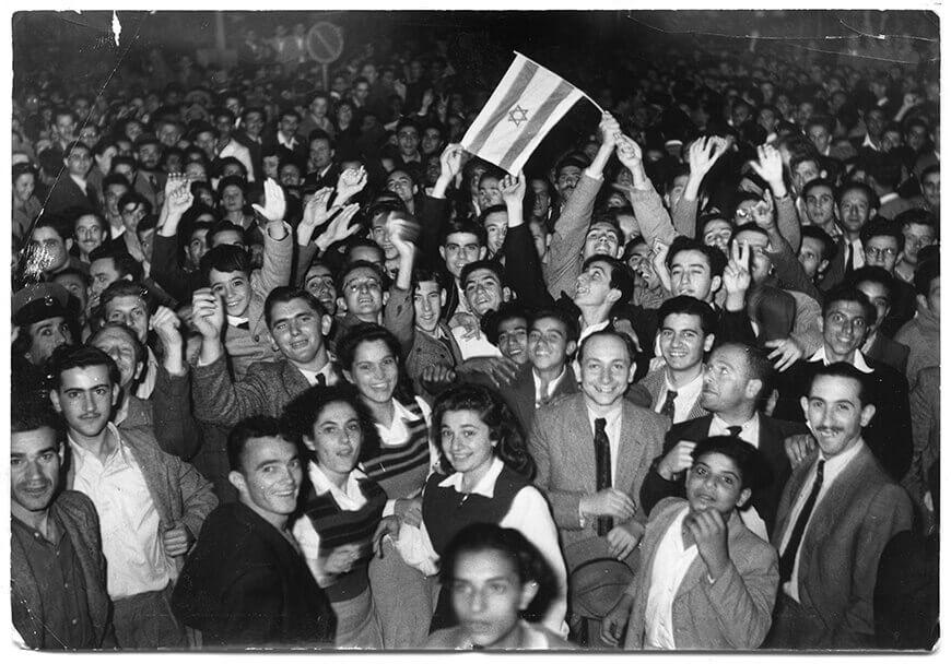 חגיגה ברחובות תל אביב לאחר אישור תוכנית החלוקה, כ״ט בנובמבר 1947