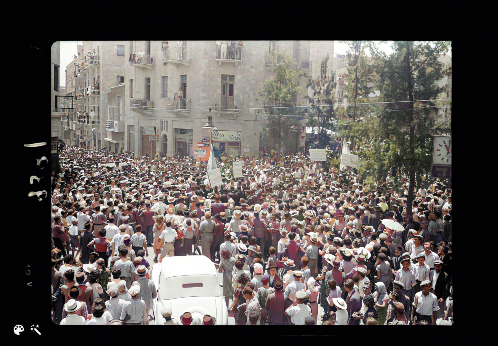הפגנות בירושלים, בפינת הרחובות קינג ג'ורג' ואגריפס נגד הספר הלבן, 18 במאי 1939. מספר תמונה: LC-DIG-matpc-18331