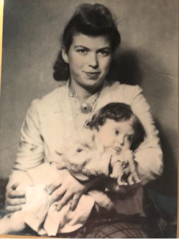 """דורה ובתה האבודה אוה, לפני המלחמה. """"לפעמים אמא ישנה עם התמונה"""""""