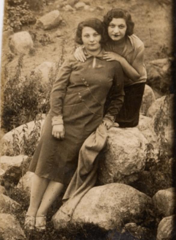 סבתי חנה חבויניק (משמאל) ואחותה הגדולה ליבקה חבויניק (מימין), אשר נותרה מאחור ברוז'נוי ונספתה בשואה. התמונה צולמה זמן קצר לפני שסבתי חנה הותירה את חייה הקודמים מאחור ועלתה לארץ ישראל. עבור חנה הייתה תמונה זו אמורה לשמש כמתנת פרידה מאחותה ליבקה. הן מעולם לא התראו שוב.
